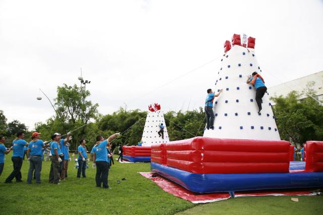 """Bước vào trò chơi đầu tiên của chương trình mang tên """"Chinh phục bản thân"""", mỗi thành viên trong đội sẽ phải """"leo núi"""", tháo xuống 5 logo S-One và một cây cờ để nhận được các vật dụng cho trò chơi cuối. Tiết trời nắng nóng cũng không ngăn được tinh thần sôi nổi và ý chí vươn lên chinh phục thử thách của các đội thi."""