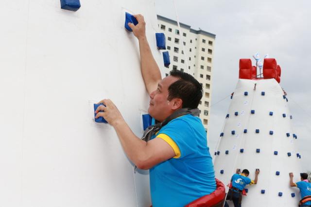 """Tổng Giám đốc Phan Huy Khang cũng hăng hái tham gia """"Chinh phục bản thân""""."""