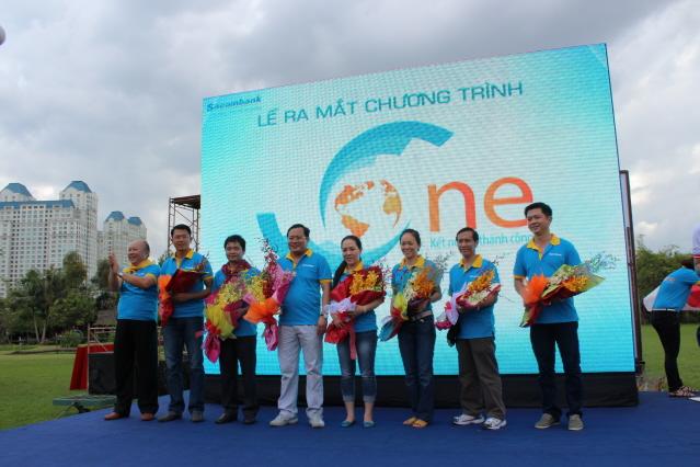 """Kết thúc 3 thử thách tinh thần đồng đội, ông Phan Huy Khang đã đúc kết lại 8 mục tiêu của chương trình """"S-One: Kết nối để thành công"""", phát động cuộc thi Ý tưởng vàng Sacombank 2013 và ra mắt Ban chỉ đạo chương trình."""