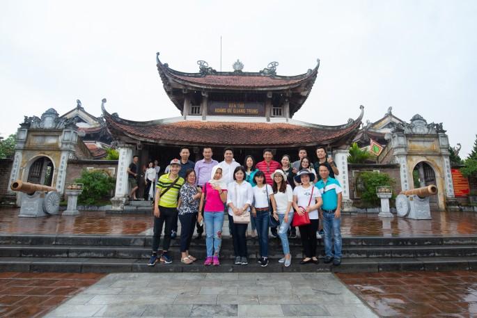 Cả đoàn tham quan Đền thờ Hoàng đế Quang Trung