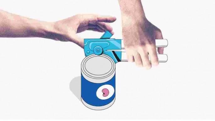 Hình ảnh trong video miêu tả sự khó khăn của những người thuận tay trái trong thói quen hàng ngày